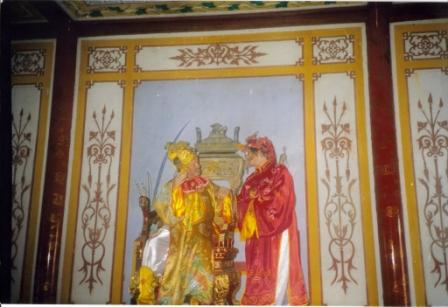 I Hue Henning og Lis som kejser og dronning