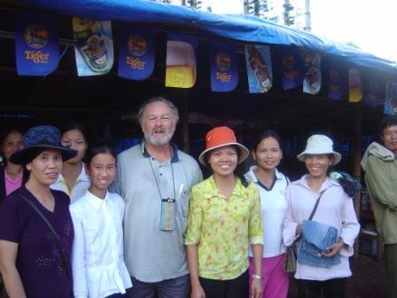 Her er de folk som fik tøj. Pigen nr 2 fra venstre er Pung Dung, som jeg støtter