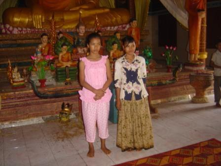 Der er bygget em smuk pagode, vi ser piger