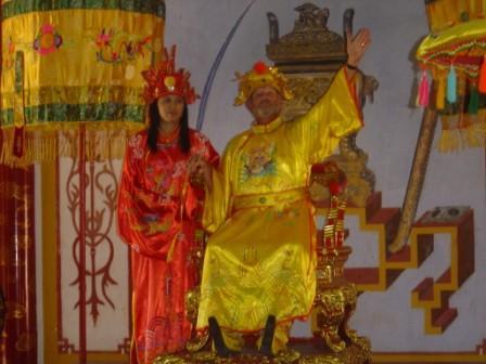 Henning og en vietnameser som kejser og dronning