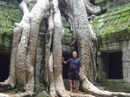 Christian ved Taphrom templet med træer