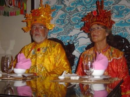 Festmiddag i Hue. Poul og Jonna som kejser og dronning