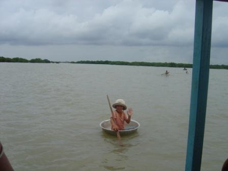 Piger sejler rundt på Tan Le Sap søen i små gryder