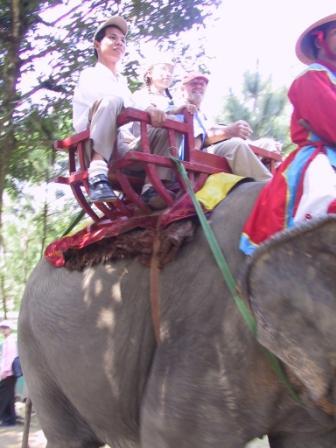 Chau, Anh og Henning på en elefant