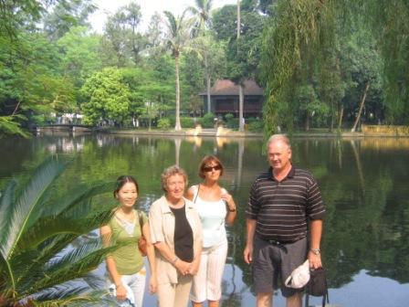 Ho Chi Minhs bolig i baggrunden