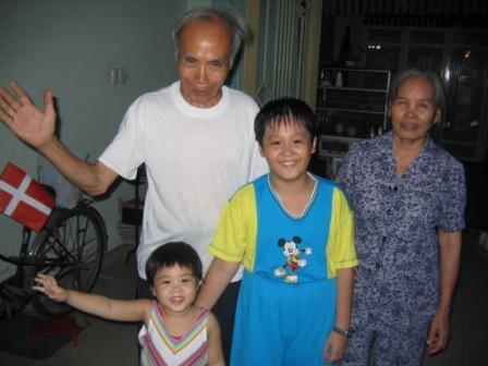 Houngs 2 børn Thang og Trang og svigerforældre