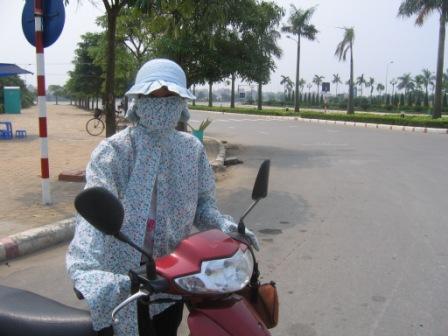 Thuy er pakket ind for at beskytte sig mod solen