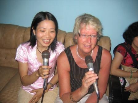 Thuy og Jenny synger karaoke