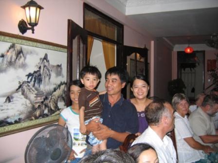 Thao med sin mand Phi og Mimi og Khoi