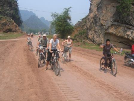 Cykelhold fra Hoa-Lu til Tam-Coc
