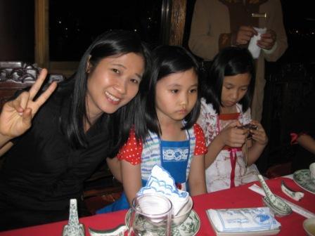 Thus 2 børn i prinsesekjoler syet af danskere