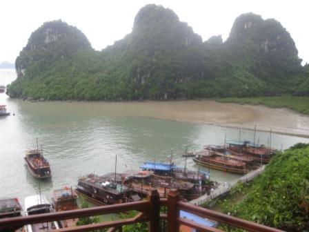 Efter besøg i grotte ligger båden hernede