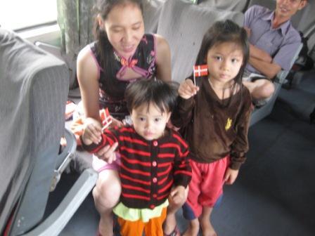 Børn i toget der har fået tøj