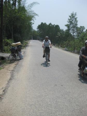 Erik på cyklen efter at kæden var sat på igen.