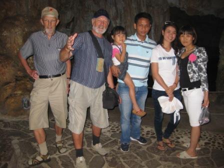 Grottebesøg: Erik, Henning, Anh med Minh, Chau, Thuy og Man