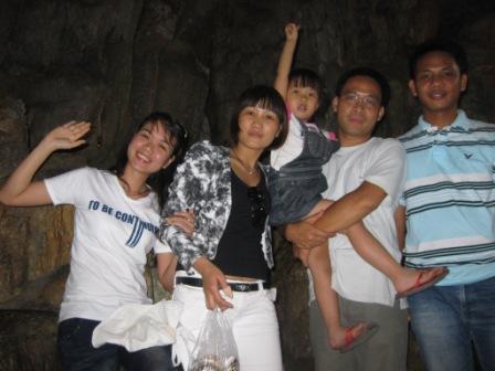 Grottebesøg: Thuy, Man, Khoa med Minh Chau og Anh