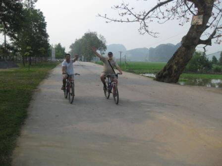 Henning og Khoa på en flot cykeltur