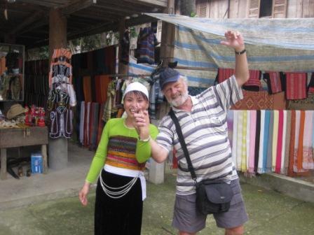 Henning har købt tørklæder og fejrer det med en dans