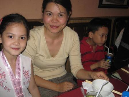 Kieu Anh med sine 2 børn
