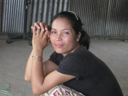 Sambatchs kusine. Hun mistede fornylig sin mand i en trafik ulykke