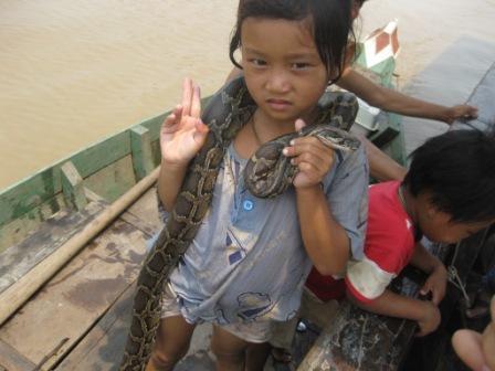 Pige med slange på Ton le Sap floden