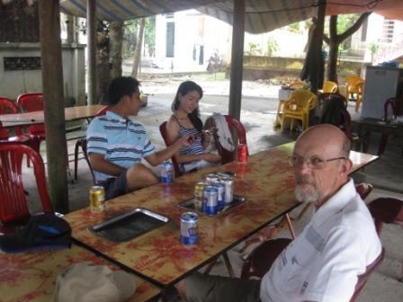 Vi Anh, Thuy og Erik fik en øl i Viet Hai