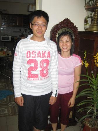 Houng og hendes søn i deres hjem