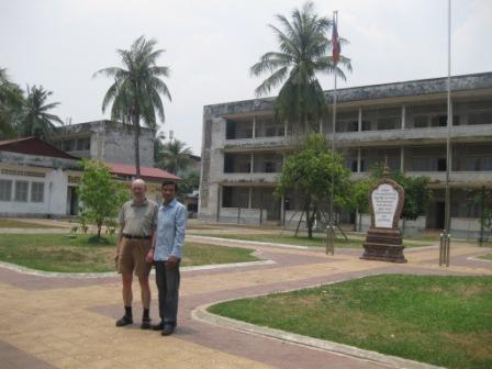 Erik og Sambatch i gården ved Toul Sleng