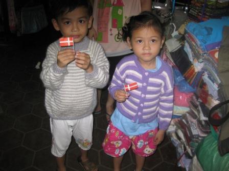 Børnene har fået trøjer fra Danmark