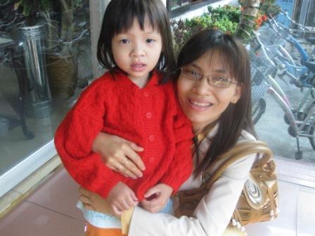 Vietnamesisk pige har fået en rød trøje fra Danmark
