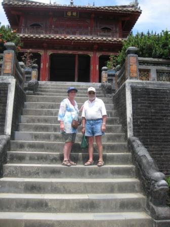 Inge og Georg ved Minh Mang mausoleum
