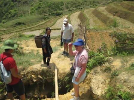 På vandretur. Der mangler 2 bambusstænger